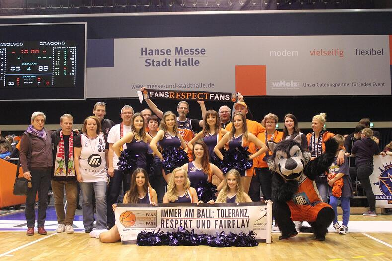 Rostock Seawolves dancers, mascot, and fans.